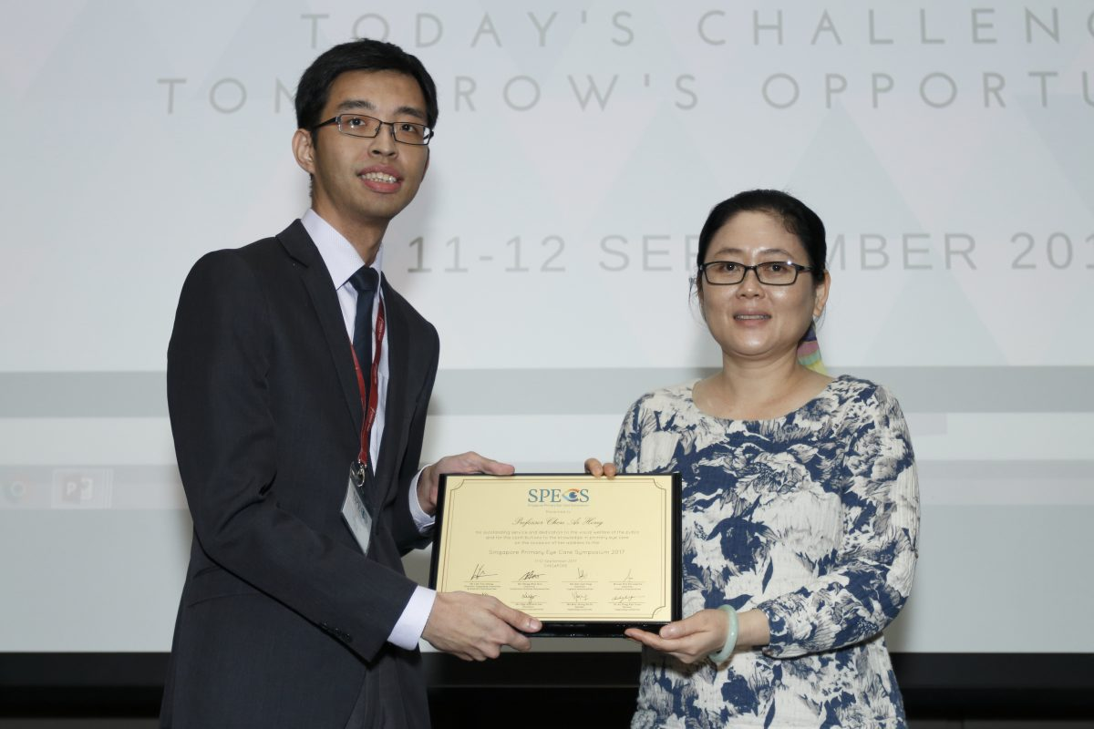 Mr Lim Yun Chong, Chairman of SPECS 2017, presenting Prof Chen Ai Hong a token of appreciation for her invited lectures.