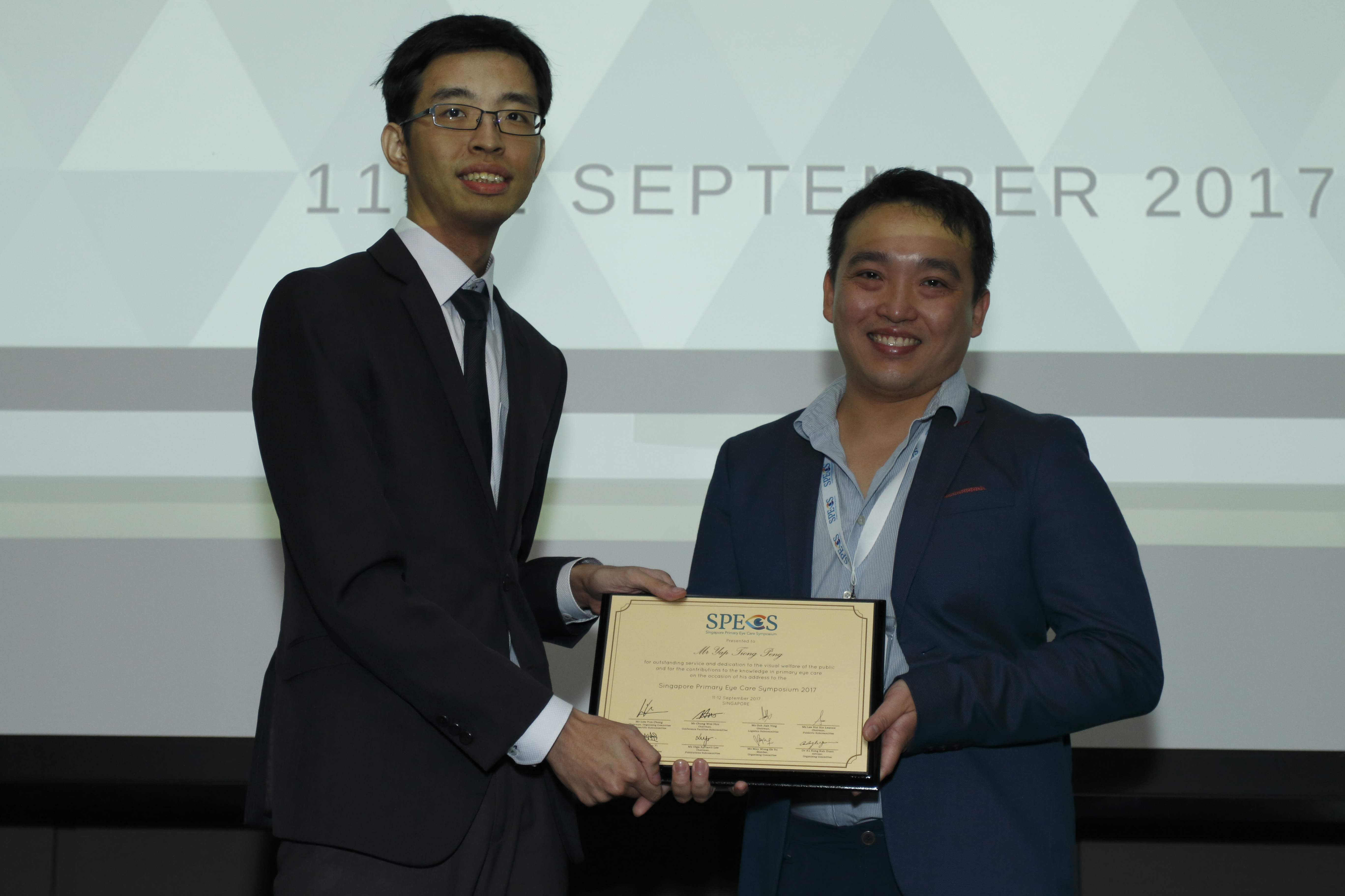 Mr Yap Tiong Peng (right), receiving a token of appreciation from Lim Yun Chong, chairman of the organising committee for Singapore Primary Eye Care Symposium 2017.