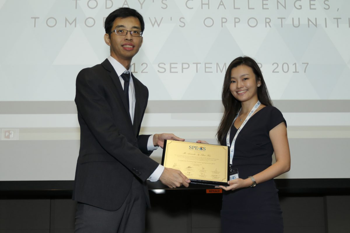Ms Amanda Ng Zhen Kai (right) receiving a token of appreciation from Mr Lim Yun Chong, chairman of the organising committee for Singapore Primary Eye Care Symposium (SPECS) 2017, at the conclusion of her lecture at One Farrer Hotel & Spa on 11-12 September 2017.
